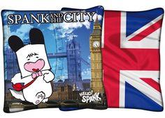 HELLO SPANK CUSCINO UK  Cuscino Hello Spank in tessuto. Su un lato del cuscino è possibile trovare una stampa di Spank con lo sfondo paesaggistico di Londra, mentre sull'altro lato la stampa della bandiera londinese.