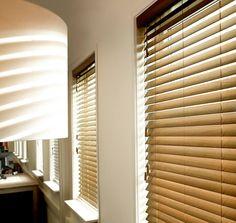 Houdt u van hout en wilt u de warmte binnenbrengen in uw interieur? Dan kiest u best voor houten horizontale lamellen van Louverdrape®