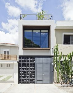 In general, the fence serves to maintain the security of the house, the fence also functions as a barrier between 2 different fields. But did you know that fence design has a role that is as import… Facade Design, Fence Design, House Design, Minimalist Architecture, Architecture Design, House Without Garage, Exterior Tradicional, One Storey House, Small Modern Home