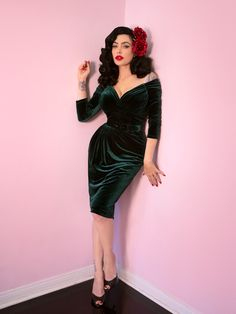 Starlet Wiggle Dress in Hunter Green Velvet - Vixen by Micheline Pitt Rockabilly Fashion, 1950s Fashion, Gothic Fashion, Girl Fashion, Fashion Dresses, Vintage Fashion, Fashion Spring, Pin Up Outfits, Casual Fall Outfits