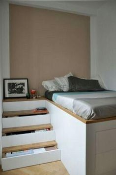 43 Smart Tiny Bedrooms Design Ideas With Huge Style 43 smarte, winzige Schlafzimmer - Design-Ideen m Small Space Living, Small Rooms, Small Apartments, Small Spaces, Bedroom Small, Raised Beds Bedroom, Tiny Bedroom Storage, Messy Bedroom, Storage Room