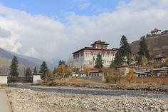Bhutan Rundreisen - Jetzt Urlaub buchen! |Tai Pan Bhutan, Mansions, House Styles, Prayer Flags, Cultural Diversity, Forts, Destinations, Landscape, Manor Houses