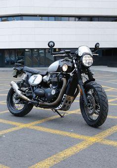 Moto transformada al Brat Style por Tamarit Motorcycles. Triumph Bonneville T120, Motos Triumph, Brat Bike, Scrambler Motorcycle, Motos Bobber, Car Insurance, Cars And Motorcycles, Hot Rods, Awesome