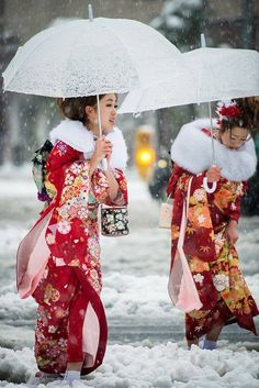 Coming of Age (成人の日) day under the snow in Tokyo Furisode Kimono, Yukata, Japanese Kimono, Japanese Fashion, Japanese Yen, Kimono Chino, Look Kimono, Kimono Dress, Coming Of Age Day