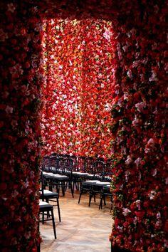 美しすぎる!100万本もの生花で彩られた『Dior』のファッションショー   Sworld