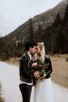 Boho Brautkleid Zweiteiler, zur WInterhochzeit mit Lederjacke (Foto: Beloved Photography)