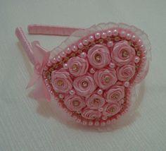 Tiara infantil encapada em fita cetim rosa com lindo coração em botões de rosas…