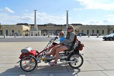 Stadtfahrrad Tandemfahrrad metallhase - Sightseeing in Vienna, 2 kids together on the double bike. Here in front of the castle Schönbrunn Tandem Bicycle, Cycling Bikes, Worlds Of Fun, Road Bike, Mountain Biking, Motorcycle, Good Things, City, Vehicles
