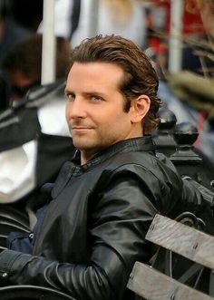 Pictures of Bradley Cooper Hair Style For Men. Get hairstyles ideas and inspiration with Bradley Cooper Hair Style For Men. Wavy Hair Men, Haircuts For Wavy Hair, Cool Hairstyles For Men, Haircuts For Men, Layered Hairstyle, Hairstyle Men, Hairstyles Haircuts, Short Hair, Bradley Cooper Haare