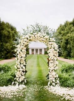 Decorate Your Wedding With Rose Wedding Flowers: Altar Decoration. http://memorablewedding.blogspot.com/2014/02/decorate-your-wedding-with-rose-wedding.html