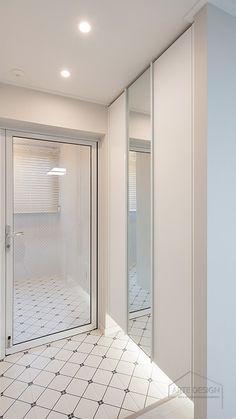 감각적인 바닥 타일이 돋보이는 24평 현관 인테리어, 정자동 두견마을 한솔아파트 : 네이버 블로그 Vestibule, Kitchen Doors, Entrance Hall, Downlights, Door Design, Bathtub, Interior Design, Bathroom, House