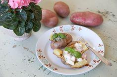 Uuniperunat kasvistäytteillä // Jacket potatoes with two vegetarian fillings.