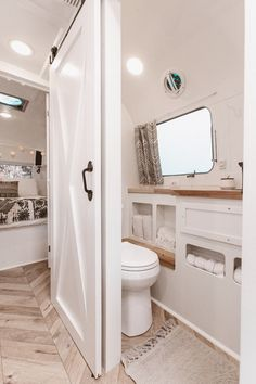 Gorgeous 52 Delicate Rv Interior Ideas To Be Inspire. Source by sandramalotti Related posts: 50 Cool and Fresh Ideas Van Life Interior Design Best rv camper van interior decorating ideas Best rv camper van interior decorating ideas Airstream Remodel, Airstream Renovation, Airstream Interior, Airstream Decor, Airstream Living, Bus Remodel, Airstream For Sale, Renovation Design, Home Renovation