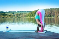 Our beginner yoga exercises are perfect for anyone who wants to start this healthy sport. Learn from pictures now which asanas are particularly recommended for yoga beginners and get valuable tips. Iyengar Yoga, Ashtanga Yoga, Vinyasa Yoga, Fitness Workouts, Yoga Fitness, Fun Workouts, Partner Yoga, Yoga Girls, Yoga Inspiration