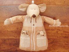 Guarda Pijamas modelo RATÓN RAYAS en color marrón (aprox. 50 cm. de altura). Tejido 100 % algodón. Tiene 1 argolla en la cabeza para colgar.