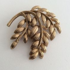 VINTAGE JEWELLERY SIGNED SPHINX TEXTURED GOLD TONE LEAF SPRAY BROOCH PIN