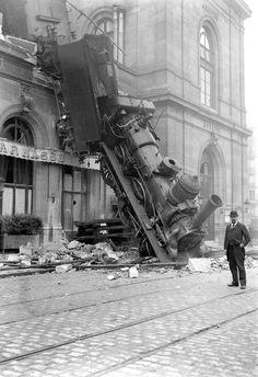 Accident de chemin de fer á la gare Montparnasse en 1895