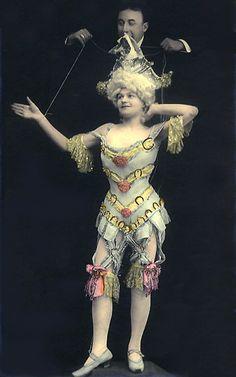 Fotografia antiga de artistas de teatro.