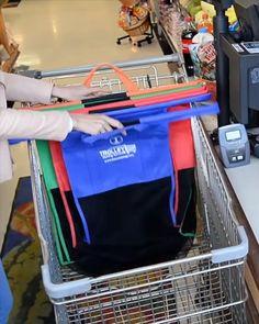 Přestaňte pořád dokola utrácet za jednorázové tašky, do kterých se nic nevejde a téměř okamžitě se roztrhnou. Představujeme vám chytrou tašku – šikovného nákupního pomocníka, kterého si zamilujete. V obchodě jej díky šikovným háčkům můžete zavěsit přímo na nákupní vozík, takže vždy víte, kolik jste toho nakoupili. Pevná základna a suchý zip zajistí, že se vám nákup nerozsype v kufru auta a když jí zrovna nepotřebujete, dá se složit do malého plochého balíčku. Cool Kitchen Gadgets, Home Gadgets, Cool Kitchens, Simple Life Hacks, Useful Life Hacks, Home Organisation, Home Hacks, Diy Videos, Inventions