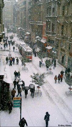 از چی می ترسی؟ از جای پاهات روی برف؟  می ترسی همه بفهمن کجا بودی و کجا میری؟ نترس. صبح که آفتاب بزنه همه برف ها آب میشن، همه جای پاها پاک میشن. از جای پاهات رو دل ها بترس. گرمای آفتاب که چیزی نیست، گرمای جهنم هم نمی تونه پاکشون کنه.  نمایشنامه / #روزبه_معین