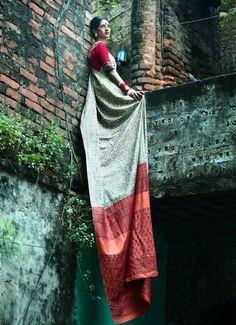 Came through Aranya while looking for natural dyes. Choose the colors of this sari … – girl photoshoot poses Girl Photography Poses, Indian Photography, Fashion Photography, Indian Photoshoot, Saree Photoshoot, Indian Dresses, Indian Outfits, Saree Poses, Saree Look