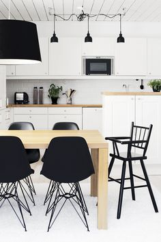 Kitchen - Black, white and wood Small Kitchen Storage, Wood Interior Design, Black Kitchens, Kitchen Black, Dining Room Lighting, Dining Table Chairs, Beautiful Kitchens, Home Decor Inspiration, Home And Living