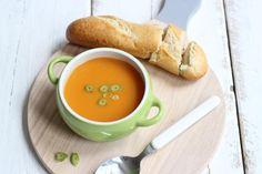 Deze aardappel-wortelsoep is lekker en simpel te bereiden en staat binnen 30 minuten op tafel. Lekker als avondeten of als lunch.
