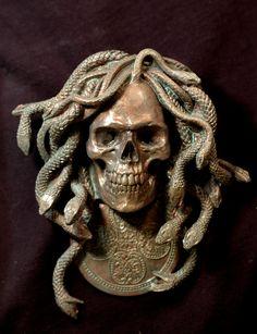 6 « x 5 » secours    Medusa est une jeune fille maudite avec les cheveux de serpent et un visage terrifiant qui a transformé la vie de Pierre. Une