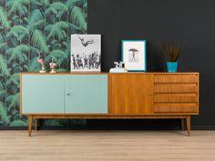 Klassisches Sideboard aus den 1960er Jahren im zeittypischen Design. Korpus in Nussbaum Furnier mit vier Schubladen, drei Schranktüren (zwei davon resopalbeschichtet in taubenblau) und...