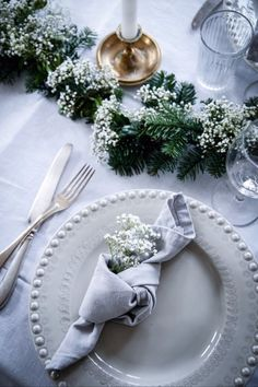 Bring festive flair to your dining room with our Christmas table decorations. Get your dinner table Wedding Table Decorations, Christmas Table Decorations, Wedding Table Settings, Wedding Centerpieces, Beautiful Table Settings, Christmas Table Settings, Wedding Napkins, Wedding Napkin Folding, Table Arrangements