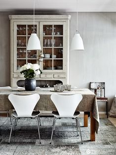 Dazzling Scandinavian Dining Room Ideas That Will Steal Your Heart Dining Room Design, Dining Area, Kitchen Dining, Scandinavian Dining Table, Scandinavian Interior, Sweet Home, Tadelakt, Dining Room Lighting, Dream Decor