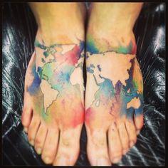 Entourez les continents d'océans tie-dye. | 32 tatouages colorés qui vous donneront envie de vous faire tatouer