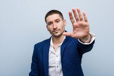 Młody Biznes Kaukaski Mężczyzna Stojący ... | Premium Photo #Freepik #photo #biznes