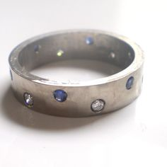 white golden ring with diamonds and bleu saphirs