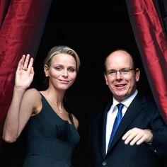 """2011: Wenige Tage vor ihrer Hochzeit zeigen sich Charlene Wittstock und Fürst Albert bei der """"Saint Jean Procession"""" in Monaco und winken vom Balkon."""