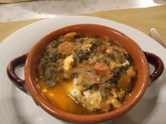 L'acquacotta  L'acqua cotta è un piatto tipico della cucina della bassa maremma, quindi sia della Maremma grossetana che della Tuscia viterbese. Deriva dal pranzo tipico dei butteri quando si trovavano in aperta campagna a seguito delle mandrie.