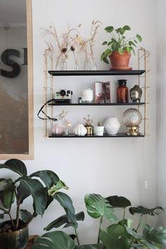 Etagère tryptique en métal // © Hellø Blogzine // Home Tour Minireyve Blog Deco, Decoration, Floating Shelves, Living Room, Retro, Interior, Lifestyle, Mini, Dekoration