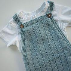 Romper og t-shirt. Knit Baby Dress, Crochet Baby Clothes, Baby Cardigan, Baby Knitting Patterns, Baby Patterns, Baby Boy Outfits, Kids Outfits, Tricot Baby, Knitting Club