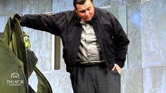 Die schmutzigen Hände (Theater Augsburg)  Illyrien ein fiktiver Balkanstaat führt an der Seite Deutschlands Krieg gegen die Sowjetunion. Hugo ein junger bürgerlicher Intellektueller arbeitet für die Zeitung der Kommunistischen Partei. Aber das reicht ihm nicht. Er möchte etwas bewegen eine große Tat vollbringen. Als eine radikale Gruppierung der Partei den Parteisekretär Hoederer beseitigen will der mit der faschistischen Regierung und dem Block der bürgerlichen Parteien einen Pakt anstrebt…