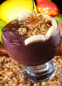 """""""Açaí"""", thick """"juice"""" that is eaten with a spoon and is made from the açaí fruit… Granola, Brazil Food, Acai Fruit, Pots, Low Carb Recipes, Acai Bowl, Cravings, Sweet Tooth, Good Food"""