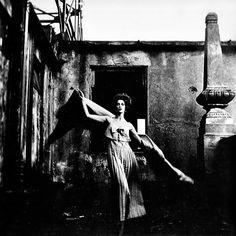 """Garota de Ipanema (1958), Otto Stupakoff -  """"Como hoje é dia de post sobre moda e se comemora o Dia Mundial da Fotografia, escolhi uma imagem que pode ser considerada a primeira fotografia de moda brasileira: Garota de Ipanema, de Otto Stupakoff.""""   http://www.fotografiadiaria.com.br/fotografia-de-moda/garota-de-ipanema-1958-otto-stupakoff/"""