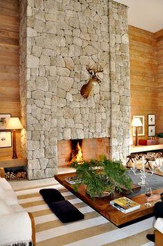Pedra Madeira: lareira é o destaque do ambiente (foto: Casa Vogue) Home Fireplace, Fireplace Design, Fireplaces, The Wright House, House On The Rock, My Dream Home, Interior Decorating, Sweet Home, House Design