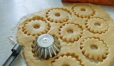 Быстрое песочное тесто-needs translation, but I like the method of cutting. Biscuit Cookies, Yummy Cookies, Cake Cookies, Cupcakes, Russian Desserts, Russian Recipes, Short Pastry, Cookie Recipes, Dessert Recipes