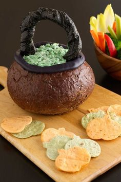 Spooky Spinach Dip in Bread Bowl Cauldron Impress guests with this crafty Halloween appetizer, which cleverly transforms pumpernickel bread, breadsticks and cream cheese into a basket, then fills it with a super-simple creamy spinach dip Halloween Snacks, Halloween Fingerfood, Creepy Halloween Food, Halloween Party Appetizers, Halloween Dinner, Halloween Ideas, Halloween Themed Food, Spooky Food, Halloween Birthday