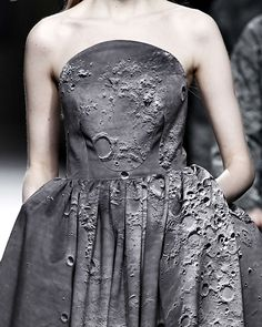 // Ana Locking Fall 2014 looks like a moon dress. Fashion Details, Look Fashion, Fashion Art, High Fashion, Autumn Fashion, Fashion Design, Space Fashion, Fashion Images, Fashion Prints