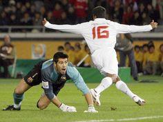 Victor Valdes, Barcelona e Adriano Gabiru, Internacional. Momento histórico! O Internacional ganhou o Mundial Interclubes de 2006 encima do Barcelona, do Ronaldinho Gaúcho, no Japão. Esta foto é  do gol do Adriano Gabiru.