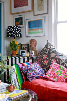 We already choose The Best Bohemian Style Interior Design Ideas for Your Perfect Summer. Be bold, your residence is full of interior design ideas. Bohemian Room, Bohemian Interior, Bohemian Decor, Bohemian Living, Style At Home, Deco Boheme Chic, Deco Cool, Maximalist Interior, Decoration Inspiration