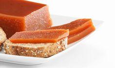 El dulce de membrillo o Carne de membrillo es una buena opción para conservar esta fruta fuera de su temporada. Se suele servir como postre o en bocadillo acompañado de queso