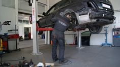 Blacharz naprawia samochód