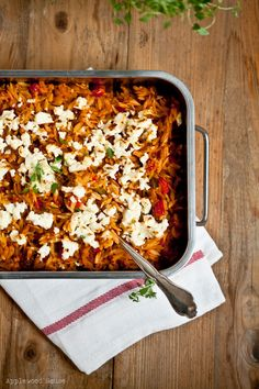 Greek Noodles with Peppers, Ajvar and Feta Cheese !  Yummy, yummy, yummy ! A perfect way to hide veggies, that even kids will love it !!! Applewood House - Good food and all things fine: Krithiraki-Nudel-Auflauf mit Feta überbacken